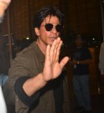 Shah Rukh Khan leaves with family on 10th Aug 2016 (20)_57ac49e63904d.JPG