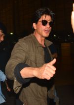 Shah Rukh Khan leaves with family on 10th Aug 2016 (21)_57ac49e73017a.JPG