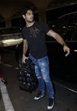 Sidharth Malhotra snapped at airport on 10th Aug 2016 (96)_57ac44d5e6939.JPG
