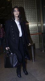 Sonam Kapoor snapped at airport on 10th Aug 2016 (62)_57ac44ee3a23c.JPG
