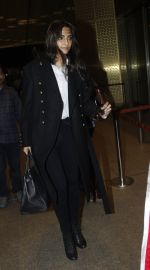 Sonam Kapoor snapped at airport on 10th Aug 2016 (63)_57ac44ef0612d.JPG