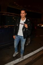 Varun Dhawan snapped at airport on 10th Aug 2016 (38)_57ac44fe86ca2.JPG