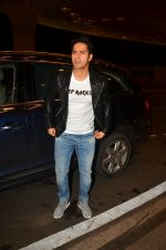 Varun Dhawan snapped at airport on 10th Aug 2016 (40)_57ac450421c18.JPG