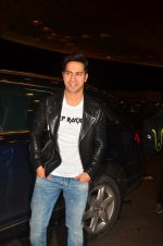 Varun Dhawan snapped at airport on 10th Aug 2016 (43)_57ac45073024c.JPG