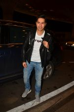 Varun Dhawan snapped at airport on 10th Aug 2016 (45)_57ac4508e2ef3.JPG