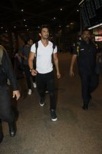 Sushant Singh Rajput snapped at airport on 11th Aug 2016 (20)_57ad9708d001f.JPG