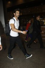 Sushant Singh Rajput snapped at airport on 11th Aug 2016 (27)_57ad9713dbe0c.JPG