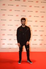 Karan Tacker at h&m mubai launch on 11th Aug 2016 (60)_57af35ca4fb3b.JPG