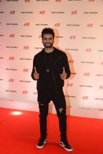 Karan Tacker at h&m mubai launch on 11th Aug 2016 (61)_57af35cd92d79.JPG