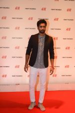 Vicky Kaushal at h&m mubai launch on 11th Aug 2016 (251)_57af385994c80.JPG