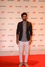 Vicky Kaushal at h&m mubai launch on 11th Aug 2016 (254)_57af38679c81c.JPG