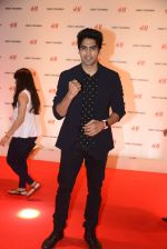 Vijender Singh at h&m mubai launch on 11th Aug 2016 (180)_57af38661348e.JPG
