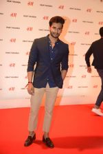 at h&m mubai launch on 11th Aug 2016 (182)_57af35a5cce47.JPG