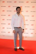 at h&m mubai launch on 11th Aug 2016 (66)_57af3536038e4.JPG