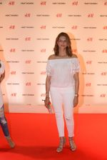at h&m mubai launch on 11th Aug 2016 (67)_57af353734906.JPG
