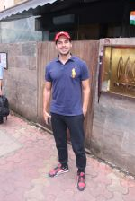 Dino Morea snapped post lunch on 15th Aug 2016 (4)_57b2bde427ce7.JPG