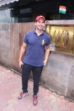 Dino Morea snapped post lunch on 15th Aug 2016 (5)_57b2bde6639c7.JPG