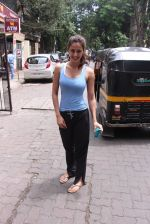 Disha Patani snapped near her residence on 17th Aug 2016 (5)_57b47e89e2632.JPG