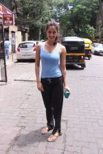 Disha Patani snapped near her residence on 17th Aug 2016 (7)_57b47e8d78b50.JPG