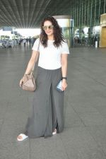 Huma Qureshi snapped at airport on 17th Aug 2016 (18)_57b47ab6e5e50.jpg