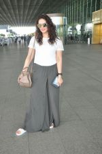 Huma Qureshi snapped at airport on 17th Aug 2016 (19)_57b47ab7cb13a.jpg