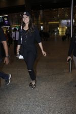Sonakshi Sinha snapped at airport on 17th Aug 2016 (15)_57b5555242d25.JPG