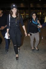 Sonakshi Sinha snapped at airport on 17th Aug 2016 (18)_57b55555687b0.JPG