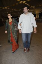 Vidya Balan, Siddharth Roy Kapoor snapped at airport on 17th Aug 2016 (10)_57b5555d15092.JPG