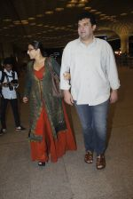 Vidya Balan, Siddharth Roy Kapoor snapped at airport on 17th Aug 2016 (6)_57b5555aa8921.JPG