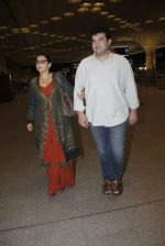 Vidya Balan, Siddharth Roy Kapoor snapped at airport on 17th Aug 2016 (9)_57b555704c82b.JPG