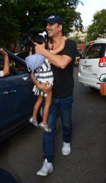 Akshay Kumar take family out for movie at PVR juhu on 21st Aug 2016 (6)_57bacab29c391.JPG