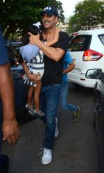 Akshay Kumar take family out for movie at PVR juhu on 21st Aug 2016 (9)_57bacaba2e39e.JPG