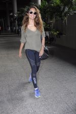 Esha Gupta snapped at airport on 21st Aug 2016 (21)_57bac988dc54e.JPG