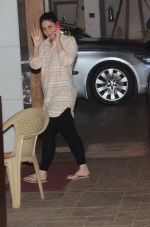 Kareena Kapoor snapped outside her home on 21st Aug 2016 (1)_57bac9aaea9ba.JPG