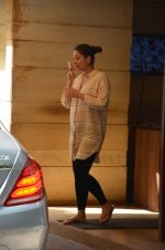 Kareena Kapoor snapped outside her home on 21st Aug 2016 (2)_57bac9abb2000.JPG