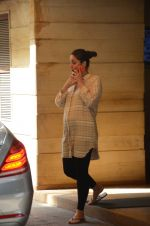 Kareena Kapoor snapped outside her home on 21st Aug 2016 (5)_57bac9adc0e48.JPG