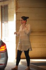Kareena Kapoor snapped outside her home on 21st Aug 2016 (7)_57bac9b04561a.JPG