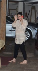 Kareena Kapoor snapped outside her home on 21st Aug 2016 (8)_57bac9b10350d.JPG