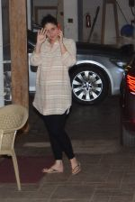 Kareena Kapoor snapped outside her home on 21st Aug 2016 (9)_57bac9b272ad6.JPG