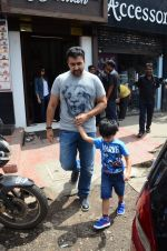 Raj Kundra snapped with family for lunch on 21st Aug 2016 (11)_57baca4aa6def.JPG