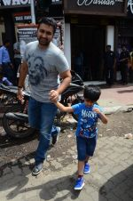 Raj Kundra snapped with family for lunch on 21st Aug 2016 (14)_57baca53e862a.JPG