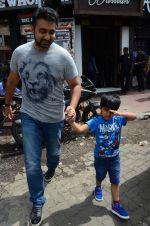 Raj Kundra snapped with family for lunch on 21st Aug 2016 (16)_57baca5bcef78.JPG