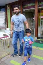 Raj Kundra snapped with family for lunch on 21st Aug 2016 (27)_57baca60981e1.JPG