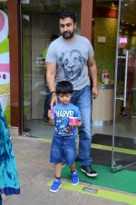 Raj Kundra snapped with family for lunch on 21st Aug 2016 (28)_57baca633fa5f.JPG