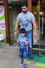 Raj Kundra snapped with family for lunch on 21st Aug 2016 (29)_57baca661919b.JPG
