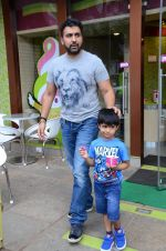 Raj Kundra snapped with family for lunch on 21st Aug 2016 (31)_57baca6d33309.JPG