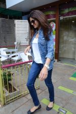 Shilpa Shetty snapped with family for lunch on 21st Aug 2016 (1)_57baca71eb88f.JPG