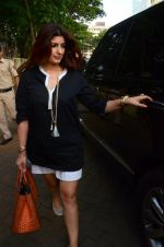 Twinkle Khanna take family out for movie at PVR juhu on 21st Aug 2016 (1)_57bacac4568de.JPG