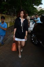 Twinkle Khanna take family out for movie at PVR juhu on 21st Aug 2016 (10)_57bacacd82acf.JPG