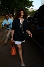 Twinkle Khanna take family out for movie at PVR juhu on 21st Aug 2016 (12)_57bacacf45eaa.JPG